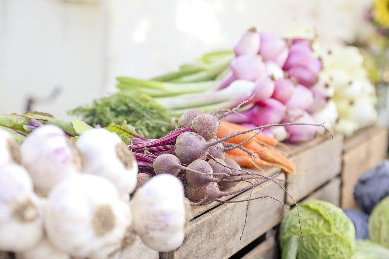 garlic-raddishes-carrots-and-onions-on-table
